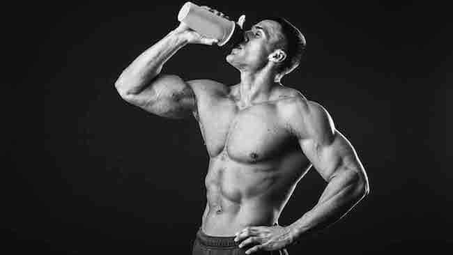 protein tozu kullanan adam